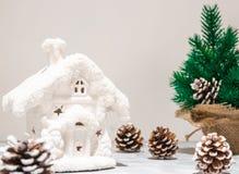 艺术圣诞节在白色木背景的假日构成与圣诞树装饰和您的拷贝空间 库存照片
