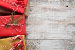 艺术圣诞节在白色木背景的假日构成与圣诞树装饰和您的文本的拷贝空间 上面竞争 免版税库存照片