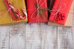 艺术圣诞节在白色木背景的假日构成与圣诞树装饰和您的文本的拷贝空间 上面竞争 库存图片