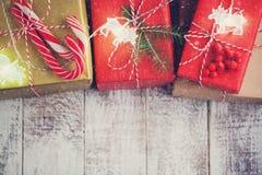 艺术圣诞节在白色木背景的假日构成与圣诞树装饰和您的文本的拷贝空间 上面竞争 库存照片
