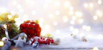 艺术圣诞节在轻的背景的假日构成与拷贝温泉 免版税库存图片
