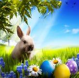艺术在绿草的一点复活节兔子和复活节彩蛋 免版税库存照片