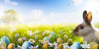 艺术复活节兔子、复活节彩蛋和春天开花 库存照片