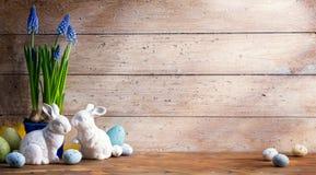 艺术复活节兔子和复活节彩蛋 免版税库存照片