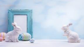艺术复活节彩蛋和复活节兔子在木背景 免版税库存图片