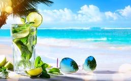 艺术夏天热带海滩酒吧;mojito鸡尾酒饮料 免版税图库摄影