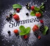 艺术夏天食物背景;美好的夏天新鲜的汁液果子 免版税库存图片