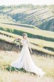 艺术婚礼摄影 有花束的美丽的有火车的新娘和礼服本质上 库存照片