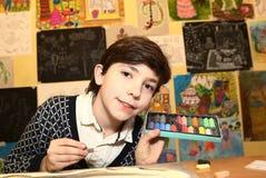 艺术学校毕业的青春期前的英俊的男孩 图库摄影