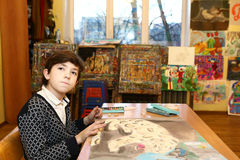 艺术学校毕业的青春期前的英俊的男孩 库存图片