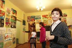 艺术学校毕业的青春期前的英俊的男孩 免版税图库摄影