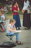 艺术学校油漆的女孩在露天的城市公园 皇族释放例证