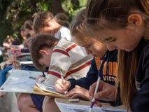 艺术学校的学生在街道上露天绘 免版税图库摄影