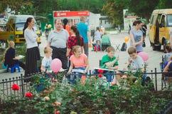 艺术学校的学生在露天的城市公园画以纪念城市` s天 免版税库存图片