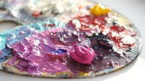艺术家与刷子混和在调色板的暗色 图库摄影