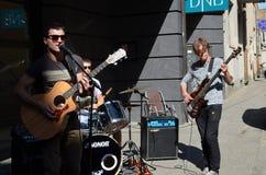 艺术家与吉他的作用岩石和鼓和唱歌 免版税图库摄影