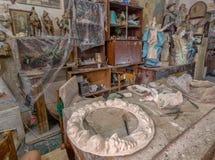 艺术家与艺术品和工具的工作表 免版税库存照片