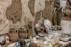 艺术家与艺术品和工具的工作表 库存图片