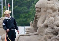艺术家他的sandsculpture雕塑工作 免版税库存照片