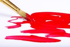 艺术家刷子和红色绘画的技巧在白色 免版税库存图片