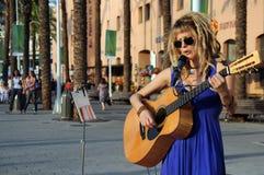 艺术家吉他演奏街道 库存照片
