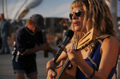 艺术家吉他演奏街道 免版税库存图片