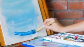 艺术家启发油漆画架蓝色水彩 股票录像