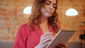 艺术家启发聚焦了年轻女人速写 股票视频