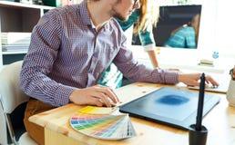 艺术家图画某事在图形输入板在家庭办公室 免版税库存图片