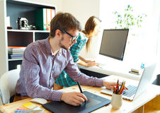 艺术家图画某事在图形输入板在家庭办公室 图库摄影