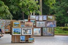 艺术家在一个公园卖绘画在Kislovodsk,俄罗斯 免版税库存照片