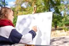 艺术家在公园绘一幅画 免版税库存图片