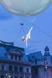 艺术家在天空中的做杂技 免版税库存照片