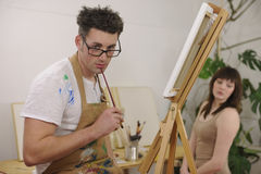 艺术家在艺术工作室的绘画设计 免版税库存图片