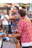 艺术家在街道执行 卖艺人节日 免版税图库摄影