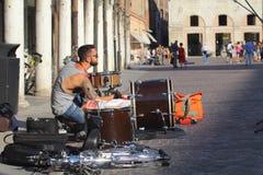 艺术家在街道执行 免版税库存图片