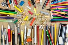艺术家在褐色的工作工具回收了纸顶视图 图库摄影