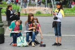 年轻艺术家在维罗纳,意大利画一个正方形 库存照片