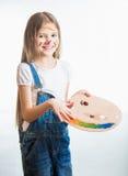 艺术家女孩被隔绝的画象有面孔的在油漆 免版税库存照片