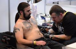 艺术家小心地设计纹身花刺在2016年4月16日的4艺术费斯特在索非亚,保加利亚 免版税库存图片