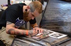 艺术家小心地设计纹身花刺在2016年4月16日的4艺术费斯特在索非亚,保加利亚 库存图片