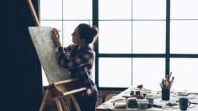 艺术家工作艺术品帆布画架妇女工具 免版税库存照片