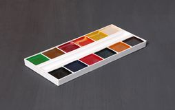 艺术家工具 设置调色板在灰色的水彩油漆 库存图片