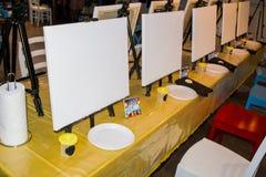 艺术家帆布的一个地方和刷子刺激 4月 清洗白色颜色帆布  安置文本 绘制配电器等级附注办公室笔百分比安排典型的视图工作图表 免版税图库摄影