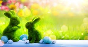 艺术家庭复活节兔子和复活节彩蛋;愉快的复活节天; 免版税图库摄影