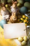 艺术家庭复活节兔子和复活节彩蛋 免版税库存图片