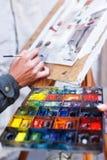 艺术家手和一些艺术 免版税库存照片