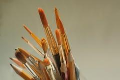 艺术家油漆刷和铅笔 库存图片