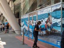 艺术家海洋和小船绘画壁画在Salesforce运输中心 库存图片