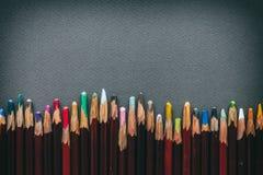 艺术家淡色铅笔行在灰色淡色纸板料的 免版税库存照片